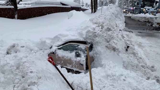 Pług uderzył w samochód zasypany śniegiem. Na szybie była kobieca ręka