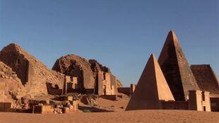 """Powodzie w Sudanie zagrażają piramidom. """"Są one bezcenną historyczną pamiątką"""""""