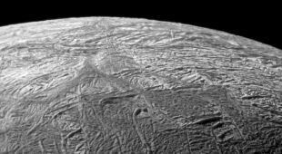 Na popękanych księżycach zazwyczaj występuje woda (NASA)