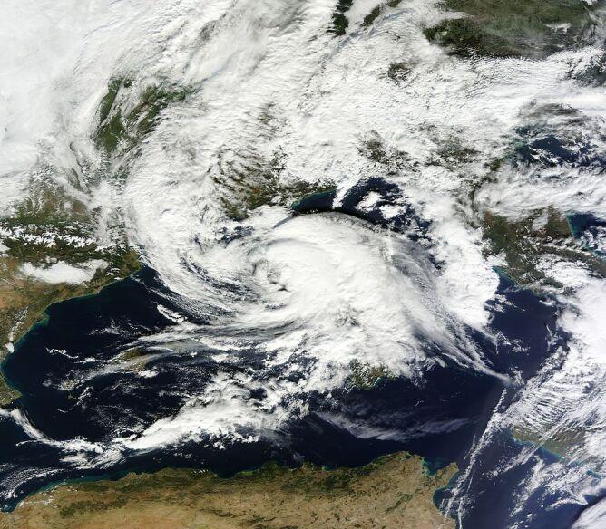 Zdjęcie satelitarne cyklonu Rolf (NASA)