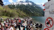 Tłumy turystów nad Morskim Okiem (PAP/Grzegorz Momot)