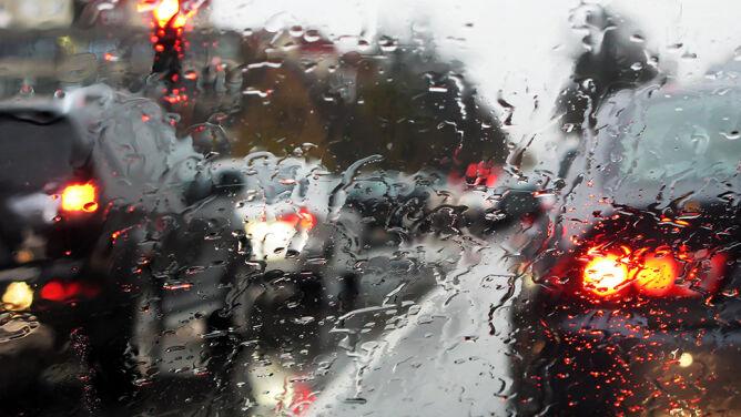 Deszcz i wiatr utrudnią jazdę